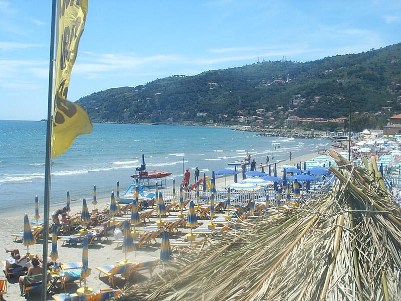 Andora la spiaggia liguria italia spiagge varazze for Piccoli piani cottage sulla spiaggia